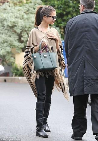 Tenue de Selena Gomez: Poncho marron clair, Leggings noirs, Bottes hauteur genou en cuir noires, Sac fourre-tout en cuir vert foncé