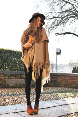 Un poncho marron clair et des leggings noirs communiqueront une impression de facilité et d'insouciance. Une paire de des bottines à lacets en daim marron clair est une façon simple d'améliorer ton look.