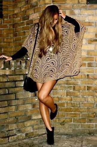 Associe un poncho en crochet marron clair avec une robe-pull noire pour achever un look chic. Termine ce look avec une paire de des bottines en daim noires.
