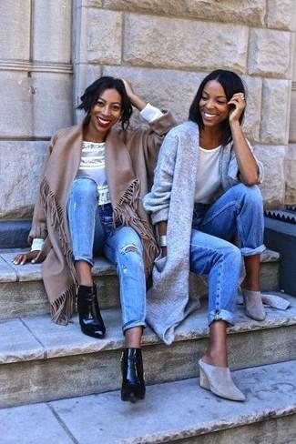 Harmonise un poncho marron avec un jean déchiré bleu clair pour un look de tous les jours facile à porter. Une paire de des bottines en cuir noires est une option génial pour complèter cette tenue.