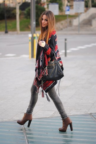 Comment porter: poncho imprimé noir, jean skinny gris, bottines à lacets en cuir marron, sac fourre-tout en cuir noir