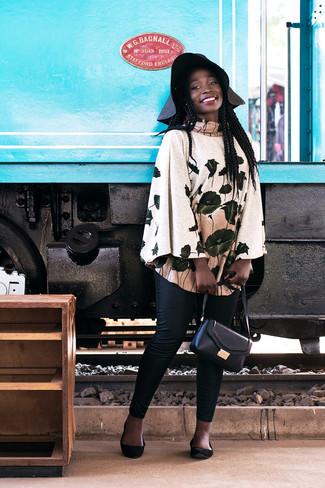 Comment porter: poncho à fleurs beige, pantalon slim noir, ballerines en daim noires, sac bandoulière en cuir noir