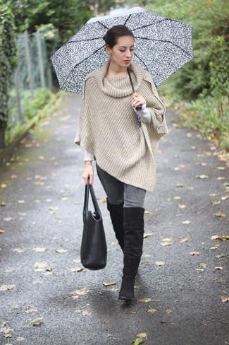Marie un poncho beige avec un jean skinny gris pour achever un look chic. Termine ce look avec une paire de des cuissardes en daim noires.