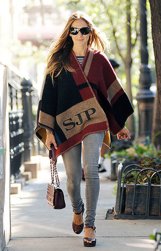 Comment porter: poncho multicolore, pull à col rond à rayures horizontales blanc et noir, jean skinny gris, sandales à talons en cuir bordeaux