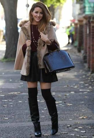 Comment porter: poncho beige, pull à col rond bordeaux, jupe patineuse en cuir noire, bottes hauteur genou en cuir noires