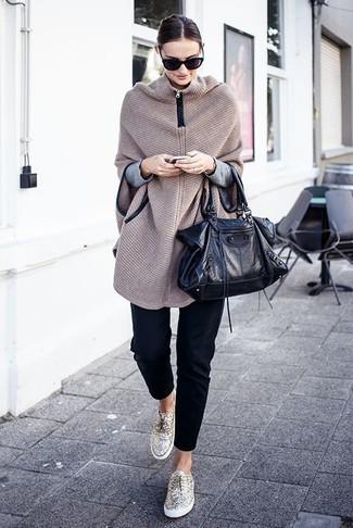 Comment porter: poncho en tricot beige, pull à col rond gris, pantalon slim noir, baskets basses dorées