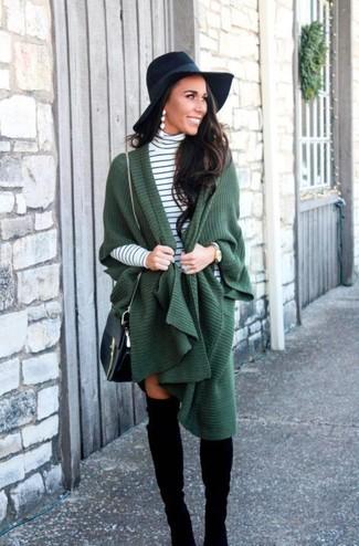 Comment porter: poncho vert foncé, pull à col roulé à rayures horizontales blanc et noir, cuissardes en daim noires, sac bandoulière en cuir noir