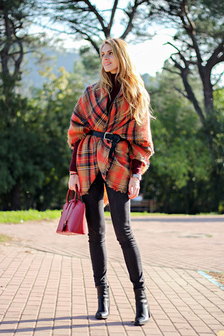 Associe un poncho écossais rouge avec un jean skinny noir pour affronter sans effort les défis que la journée te réserve. Termine ce look avec une paire de des bottines en cuir noires.