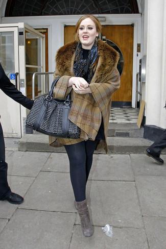 Comment porter: poncho écossais marron clair, pull à col roulé noir, leggings noirs, bottines en daim grises