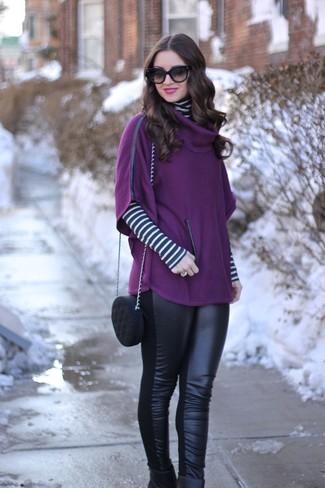 Comment porter: poncho pourpre, pull à col roulé à rayures horizontales blanc et noir, leggings en cuir noirs, bottines en cuir noires