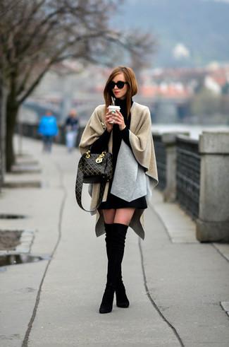Comment porter: poncho beige, pull à col roulé noir, minijupe en laine noire, cuissardes en daim noires