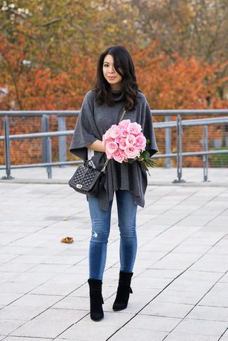Comment porter: poncho gris foncé, t-shirt à col rond blanc, jean skinny déchiré bleu, bottines en daim noires
