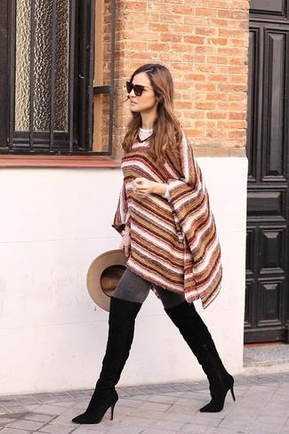 Affiche ton côté espiègle avec un poncho en laine à rayures horizontales multicolore et un jean skinny gris foncé. Rehausse cet ensemble avec une paire de des cuissardes en daim noires.