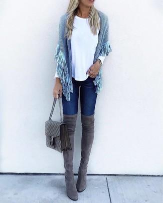 Comment porter: poncho en tricot bleu clair, t-shirt à manche longue blanc, jean skinny bleu marine, cuissardes en daim gris foncé