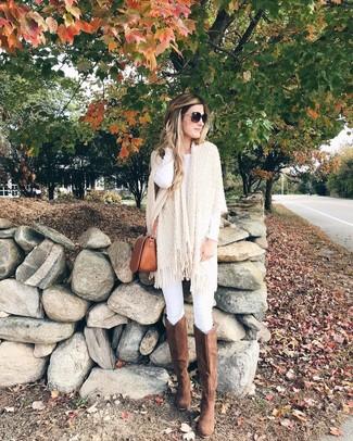 Comment porter des bottes hauteur genou en daim marron: Pense à harmoniser un poncho en tricot beige avec un jean skinny blanc pour créer un style chic et glamour. Jouez la carte classique pour les chaussures et fais d'une paire de des bottes hauteur genou en daim marron ton choix de souliers.