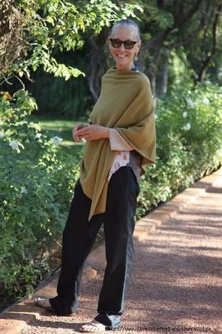 Comment porter des lunettes de soleil marron foncé: Pense à harmoniser un poncho olive avec des lunettes de soleil marron foncé pour une tenue relax mais stylée. Une paire de des sandales plates en cuir beiges est une option parfait pour complèter cette tenue.