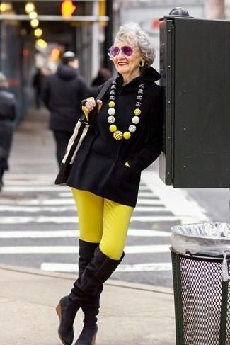 Comment porter: poncho noir, t-shirt à manche longue jaune, pantalon slim jaune, cuissardes en daim noires