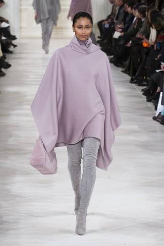 Choisis un poncho violet clair et tu auras l'air d'une vraie poupée. Une paire de des cuissardes en daim grises est une option parfait pour complèter cette tenue.