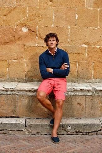 Comment porter: pull à col à fermeture éclair bleu marine, chemise à manches longues rose, short fuchsia, espadrilles en toile bleu marine