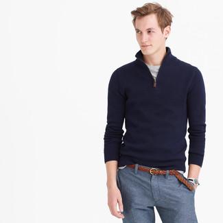 Comment porter: pull à col à fermeture éclair bleu marine, t-shirt à col rond gris, pantalon de costume bleu, ceinture en cuir tressée marron