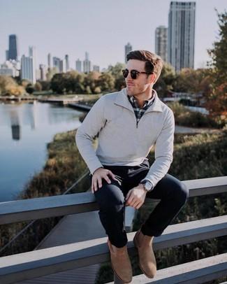 Comment porter: pull à col à fermeture éclair gris, chemise à manches longues écossaise noire et blanche, pantalon chino noir, bottines chelsea en daim marron