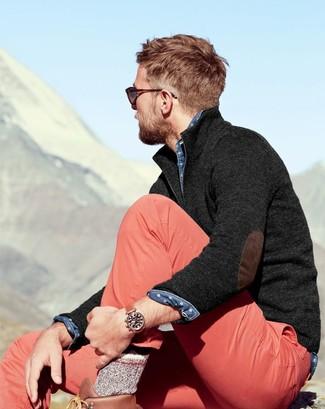 Comment porter: pull à col à fermeture éclair gris foncé, chemise en jean á pois bleue, pantalon chino rose, bottes de travail en cuir marron