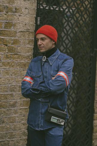 Comment porter: pull à col à fermeture éclair noir, chemise en jean bleue, jean bleu, bonnet rouge