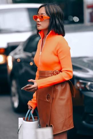 Comment porter: pull à col à fermeture éclair orange, jupe crayon en cuir tabac, sac fourre-tout en cuir blanc, lunettes de soleil orange