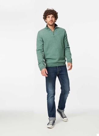 Comment porter: pull à col à fermeture éclair vert, jean bleu marine, baskets basses en toile bleu marine et blanc