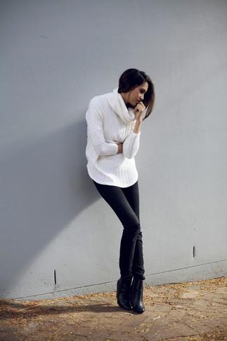 Comment porter: pull à col boule blanc, jean skinny noir, bottines en cuir noires