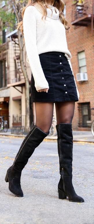 Comment porter: pull à col boule blanc, jupe boutonnée en denim noire, cuissardes en daim noires