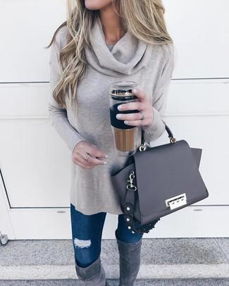 Comment porter des cuissardes en daim gris foncé: Marie un pull à col boule gris avec un jean skinny déchiré bleu marine pour un look idéal le week-end. Une paire de des cuissardes en daim gris foncé apportera une esthétique classique à l'ensemble.