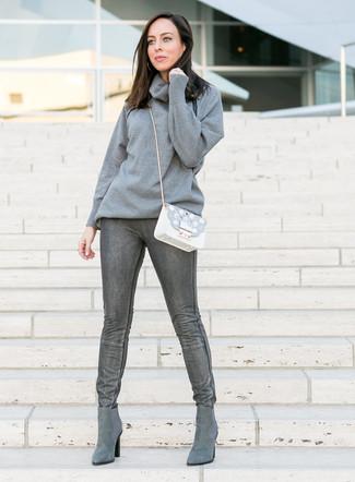 Comment porter un pull à col boule gris: Choisis un pull à col boule gris et un jean skinny gris foncé pour créer un style chic et glamour. Une paire de des bottines chelsea en daim grises est une option astucieux pour complèter cette tenue.