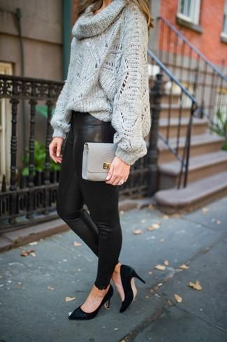 Comment porter: pull à col boule gris, leggings en cuir noirs, escarpins en daim noirs, pochette en cuir grise
