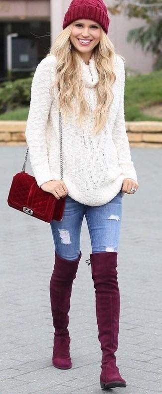 Comment porter: pull à col boule blanc, jean skinny déchiré bleu, cuissardes en daim rouges, sac bandoulière en daim rouge