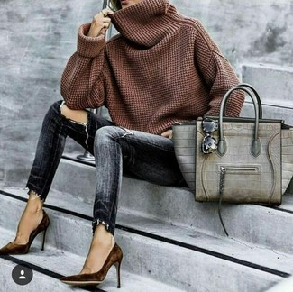 Comment porter: pull à col boule marron, jean skinny déchiré gris foncé, escarpins en daim marron foncé, sac fourre-tout en cuir imprimé serpent gris