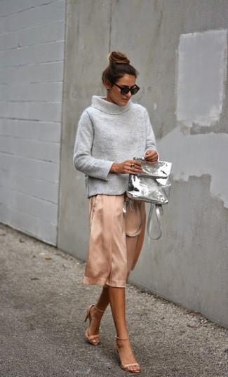 Comment porter un sac à dos en cuir gris: Marie un pull à col boule gris avec un sac à dos en cuir gris pour une tenue idéale le week-end. Une paire de sandales à talons en cuir beiges est une option judicieux pour complèter cette tenue.