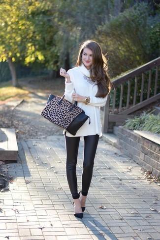 Comment porter: pull à col boule blanc, leggings en cuir noirs, escarpins en daim noirs, sac fourre-tout en cuir imprimé léopard noir et marron clair