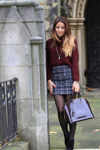 Comment porter: pull à col boule bordeaux, minijupe en tweed bleu marine, bottines en daim noires, cartable en cuir bordeaux