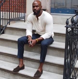 Comment porter: pull à col boutonné blanc, pantalon de costume bleu marine, mocassins à pampilles en daim marron foncé, bracelet jaune