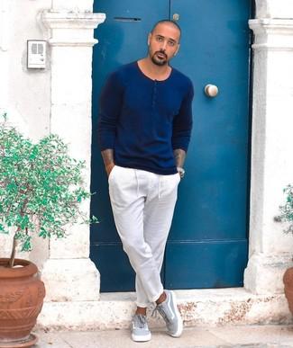 Comment porter: pull à col boutonné bleu marine, pantalon chino blanc, baskets basses en toile grises