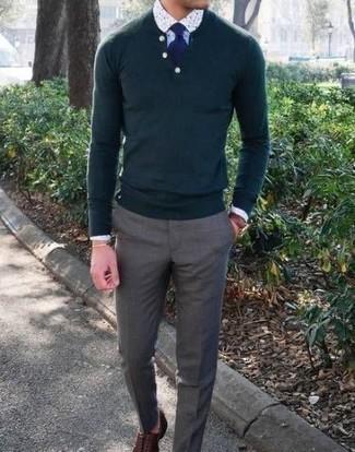 Comment porter une chemise de ville imprimée blanche: Harmonise une chemise de ville imprimée blanche avec un pantalon de costume gris pour dégager classe et sophistication. Assortis ce look avec une paire de des chaussures richelieu en cuir marron.