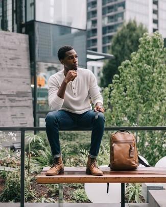Comment porter un pull à col boutonné: Pense à associer un pull à col boutonné avec un jean bleu marine pour une tenue idéale le week-end. Jouez la carte classique pour les chaussures et choisis une paire de bottes de loisirs en cuir marron clair.