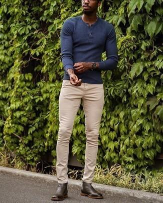 Comment porter un pull à col boutonné: Harmonise un pull à col boutonné avec un jean skinny beige pour une tenue idéale le week-end. Jouez la carte classique pour les chaussures et termine ce look avec une paire de bottines chelsea en cuir marron foncé.