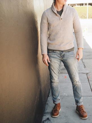 Comment porter: pull à col châle beige, t-shirt à col en v gris, jean bleu clair, bottes de travail en cuir marron
