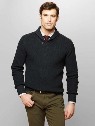 Comment porter: pull à col châle gris foncé, chemise à manches longues à carreaux blanche, pantalon chino olive, cravate en tricot bordeaux