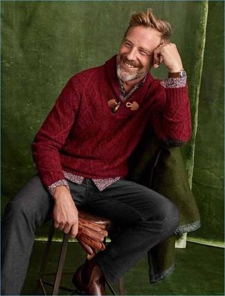 Comment porter: pull à col châle bordeaux, chemise à manches longues à fleurs bordeaux, pantalon chino en laine gris foncé, bottines chelsea en cuir marron