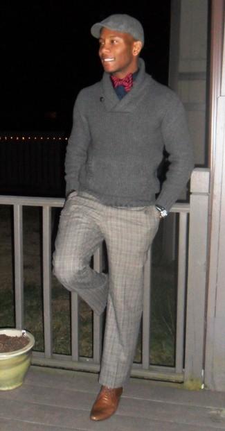 Comment porter: pull à col châle gris, chemise de ville bleu marine, pantalon de costume écossais gris, chaussures derby en cuir marron