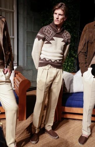 Comment porter: pull à col châle en jacquard marron, pantalon de costume en lin beige, espadrilles en toile marron foncé