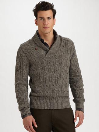 Comment porter: pull à col châle gris, chemise à manches longues écossaise gris foncé, pantalon chino marron foncé